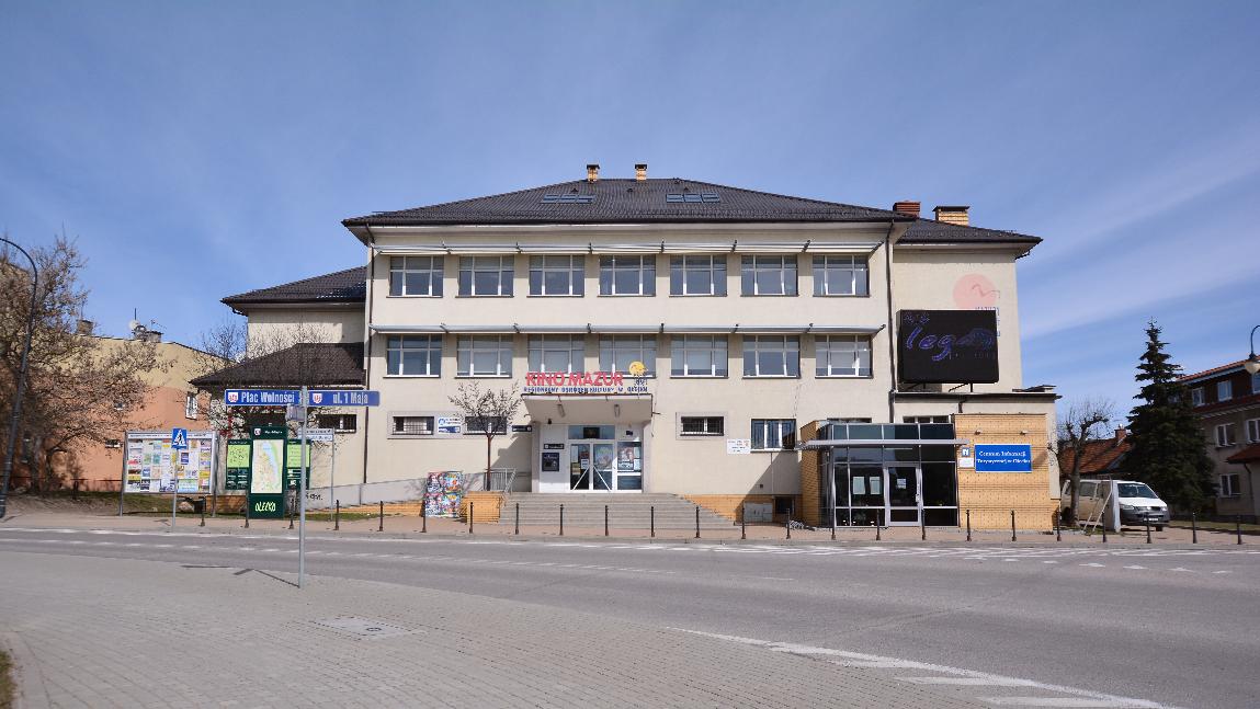zdjęcie przedstawia budynek Regionalnego Ośrodka Kultury i Centrum Informacji Turystycznej