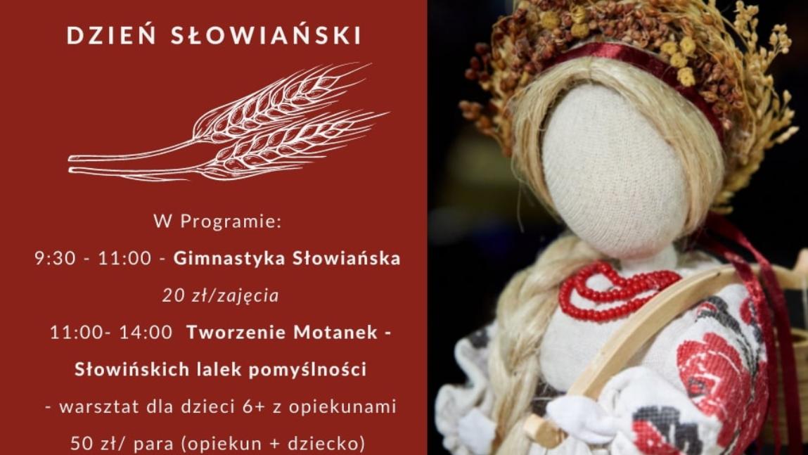 Grafika przedstawię słowiańską lalkę pomyślności, zdobioną ziołami, materiałami i innymi dodatkami. Dodatkowo grafika przedstawia cały program wydarzenia. Napisy są koloru białego na bordowo-brązowym tle.